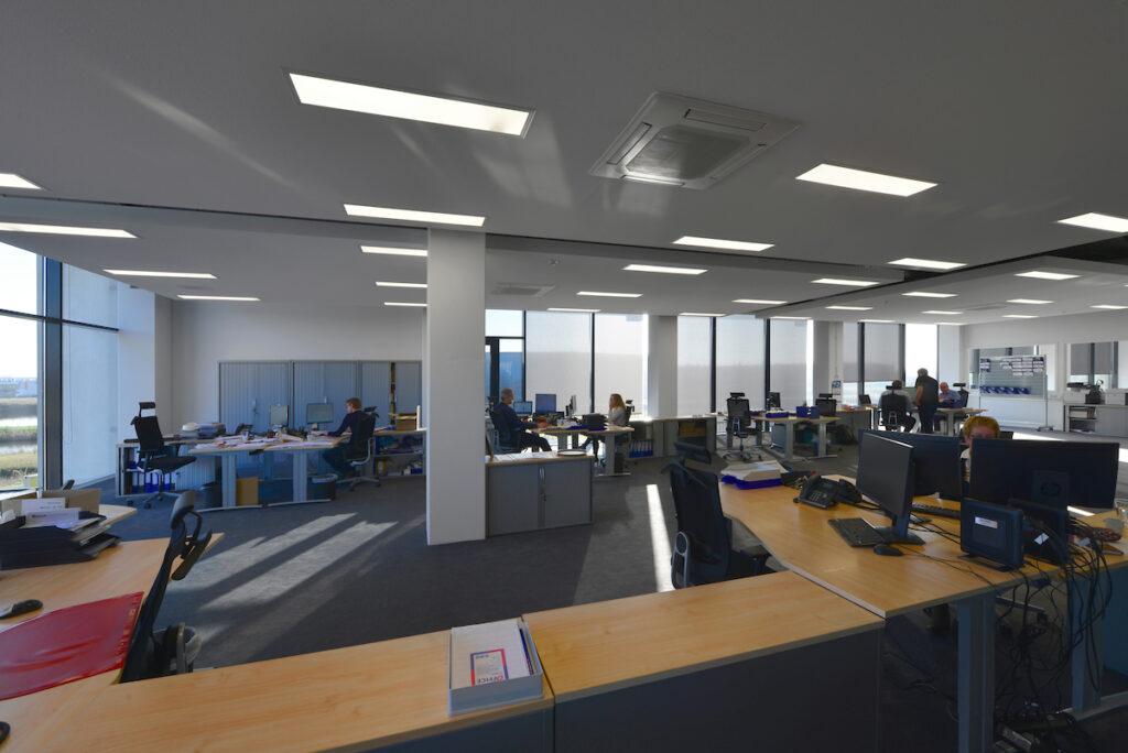 Interieur kantoor nieuwbouw bedrijfshal met kantoor Donghua International Alkmaar